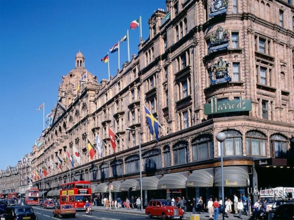 Shopping-at-Harrods,-London,-England