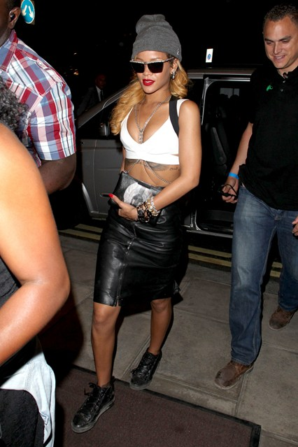 rihanna-v-15july13-rex_426x639