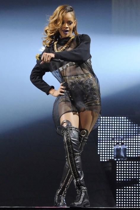 Rihanna_V19mar13_wenn_b